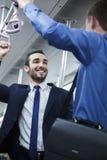 Dwa biznesmena stoi i opowiada na metrze obraz royalty free