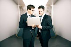 Dwa biznesmena używa laptop wpólnie Zdjęcia Royalty Free