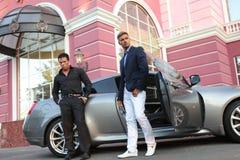 Dwa biznesmena Zbliżają Luksusowego samochód Obrazy Royalty Free