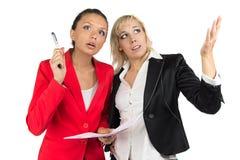 Dwa biznesowa kobieta dyskutuje coś Fotografia Royalty Free