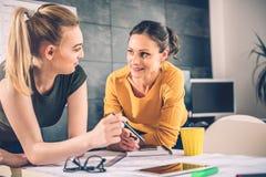 Dwa biznesowa kobieta opowiada w biurze Zdjęcia Stock