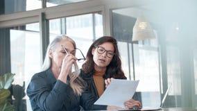 Dwa biznesowa kobieta pracuje wpólnie w biurze zdjęcie wideo