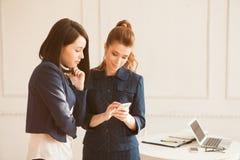 Dwa biznesowa kobieta z smartphone zdjęcia royalty free