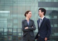 Dwa biznesowego kolegi ono uśmiecha się outdoors w mieście Zdjęcie Stock