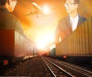 Dwa biznesowego mężczyzna chwiania pomyślna ręka z kolejowym logistycznie a Fotografia Royalty Free