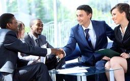 Dwa biznesowego mężczyzna chwiania ręki zdjęcia stock