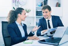Dwa biznesowego męskiego i żeńskich asystenta jest ubranym formalwear havin fotografia stock