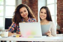 Dwa biznesowej kobiety inwestorski konsultant analizuje firma bilansu księgowego rocznego pieniężnego raportowego oświadczenie pr zdjęcie stock