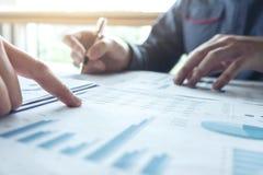 Dwa Biznesowy mężczyzna lub księgowy pracuje Pieniężną inwestycję, wri obrazy royalty free