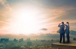 Dwa biznesowy mężczyzna i obuoczna podglądająca działająca pozycja na górze Fotografia Royalty Free