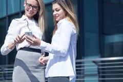 Dwa bizneswomanów dyskutować Zdjęcie Royalty Free