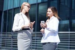 Dwa bizneswomanów dyskutować Fotografia Stock
