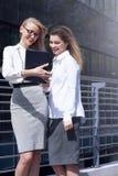 Dwa bizneswomanów opowiadać Obrazy Royalty Free