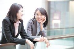 Dwa bizneswomanów rozmowa w lotnisku Obrazy Royalty Free