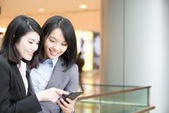 Dwa bizneswomanów use telefon Obraz Stock