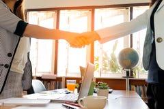 Dwa bizneswoman Ma uścisk dłoni Zdjęcie Royalty Free