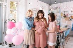 Dwa bizneswomanu świętuje dziecko prysznic ich siostra zdjęcia stock