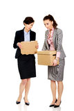 Dwa bizneswomanu przewożenia smutny pudełko Zdjęcia Royalty Free