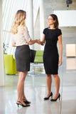 Dwa bizneswomanu Trząść ręki W Nowożytnym biurze obrazy royalty free