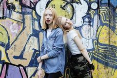Dwa blondynek istna nastoletnia dziewczyna wisząca przy lata wpólnie najlepszymi przyjaciółmi out, stylu życia pojęcia ludzie Obraz Royalty Free