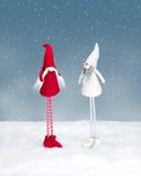 Dwa boże narodzenie elfa pozyci w śniegu Zdjęcia Royalty Free