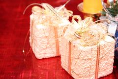 Dwa boże narodzenie prezenta na czerwonym tle (1) obraz royalty free