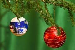 Dwa bożego narodzenia balowego na drzewie Zielony tło Zdjęcia Stock