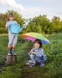 Dwa braci sztuka w deszczu Fotografia Royalty Free