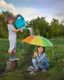 Dwa braci sztuka w deszczu Obrazy Royalty Free