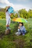 Dwa braci sztuka w deszczu Zdjęcie Stock