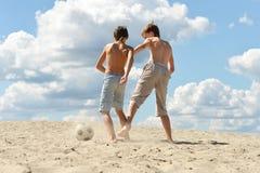 Dwa brata bawi? si? futbol przeciw niebu zdjęcie royalty free