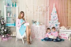 Dwa brata i potomstwo matka w Bożenarodzeniowe dekoracje Fotografia Royalty Free