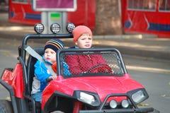 Dwa brata jadą samochód zdjęcie royalty free