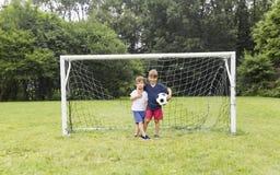 Dwa brata ma zabawę bawić się z piłką Zdjęcie Royalty Free