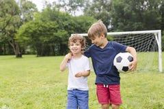 Dwa brata ma zabawę bawić się z piłką Zdjęcia Royalty Free