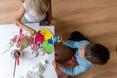 Dwa brata maluje z kolorowymi farbami Obrazy Stock