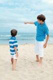Dwa brata na spacerze blisko morza Fotografia Stock