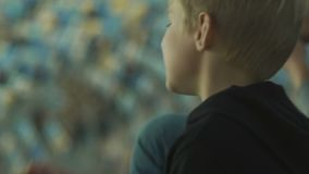 Dwa brata nerwowo ogląda mecz futbolowego na stadium, mistrzostwo, zakończenie w górę zbiory