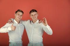 Dwa brata pokazuje aprobaty i ok gesty Obraz Stock