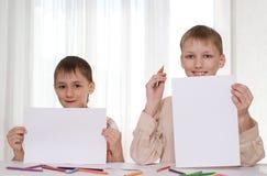 Dwa brata pokazywać prześcieradła Fotografia Stock