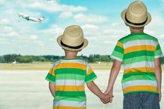 Dwa brata przy lotniskowym dopatrywaniem płaski zdejmować zdjęcie royalty free