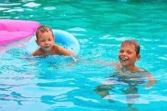 Dwa brata w basenie zdjęcie stock