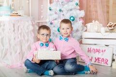 Dwa brata w Bożenarodzeniowe dekoracje Fotografia Royalty Free