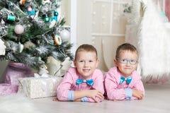 Dwa brata w Bożenarodzeniowe dekoracje Fotografia Stock