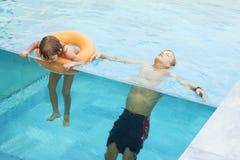 Dwa brata w pływackim basenie fotografia stock