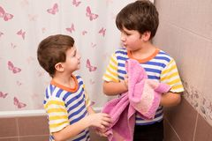 Dwa brata wyciera wraz z różowym ręcznikiem w łazience Obraz Royalty Free