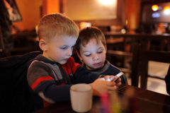 Dwa brata z smartphones Zdjęcia Royalty Free