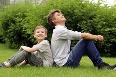 Dwa brata zabawę w parku - lato czas Fotografia Royalty Free