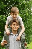 Dwa brata zabawę w parku - lato czas Obraz Royalty Free