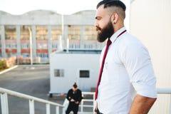 Dwa brodaty biznesmen patrzeje coś zdjęcia stock